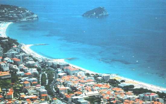 4. Spotorno e sullo sfondo l'isola di Bergeggi